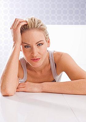 Blonde Frau stützt ihren Kopf auf - p4737784f von STOCK4B-RF