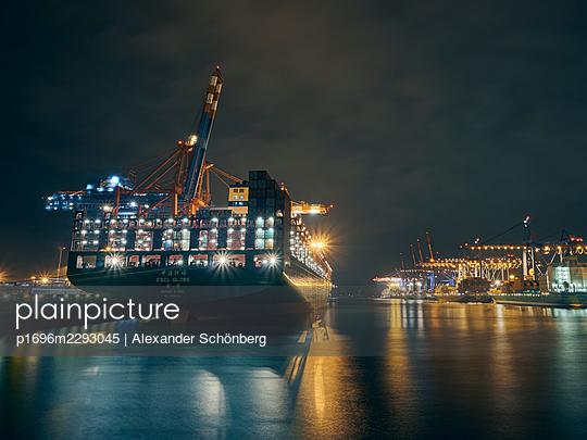 Container yard at night - p1696m2293045 by Alexander Schönberg
