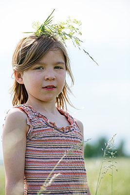 Portrait eines Mädchen mit einer Krone aus Gras - p1212m1145923 von harry + lidy