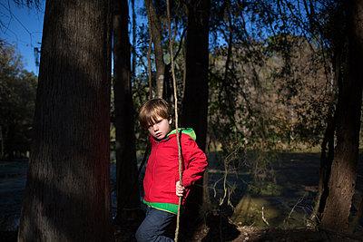Kind im Wald - p1308m2065309 von felice douglas