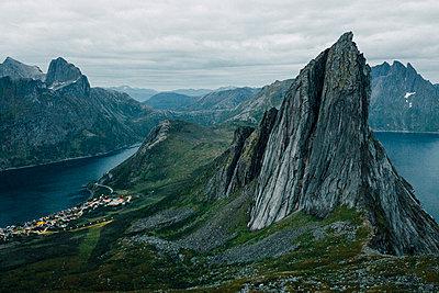 Berg Segla in Norwegen kurz vor Sonnenaufgang im mystischen Licht - p1497m2142619 von Sascha Jacoby
