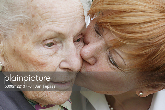 Germany, North Rhine Westphalia, Cologne, Mature woman kissing to senior woman, close up - p300m2213776 by Jan Tepass