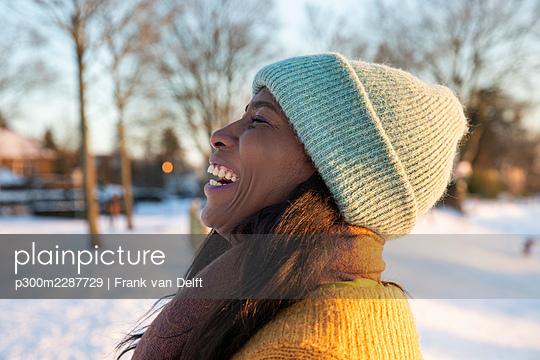 Netherlands, Den Bosch, woman and teen son in snowy landscape - p300m2287729 von Frank van Delft