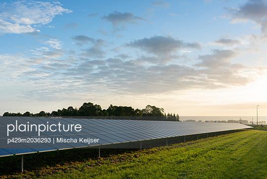 Solar farm, Noordoostpolder, Emmeloord, Flevoland, Netherlands - p429m2036293 by Mischa Keijser