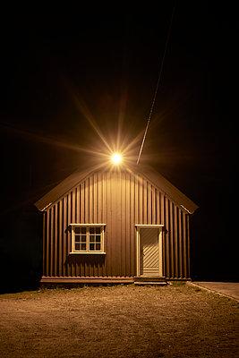Beleuchtetes Haus bei Nacht - p1124m1503382 von Willing-Holtz