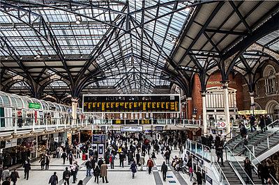 Bahnhofshalle von Liverpool Street Station - p1243m1144240 von Archer