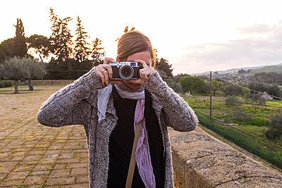Frau mit Fotokamera - p280m1111761 von victor s. brigola