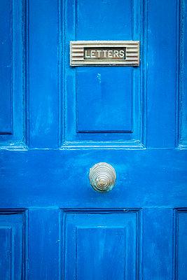Blaue Tür mit Briefschlitz - p815m1503501 von Erdmenger