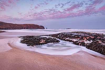 Sandwood Bay at sunrise, with Am Buachaille sea stack in far distance, Sutherland, Scotland, United Kingdom - p871m2112500 by Bill Ward