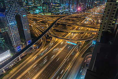 High angle cityscape with city highway at night, Dubai, United Arab Emirates - p924m1513349 by ROBERTO PERI