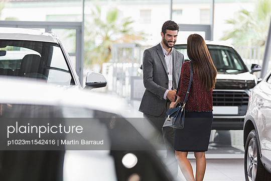 plainpicture | Photo library for authentic images - plainpicture p1023m1542416 - Car salesman greeting, shak... - plainpicture/Caiaimages/Martin Barraud