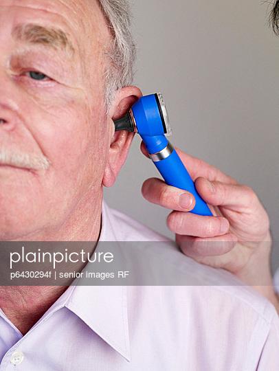 Arzt untersucht Patienten  - p6430294f von senior images RF