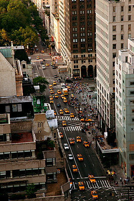 High angle view of busy street, New York City - p312m798683 by Pia Ulin