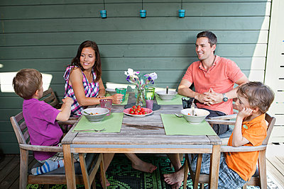 Family having breakfast together at porch - p426m1093316f by Maskot
