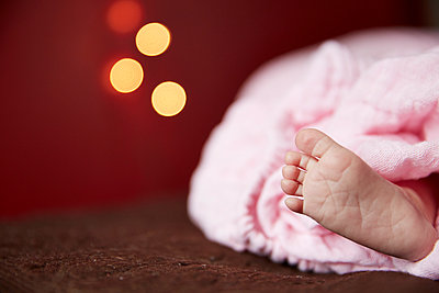 Baby's Foot - p669m1003943 by Kelly Davidson