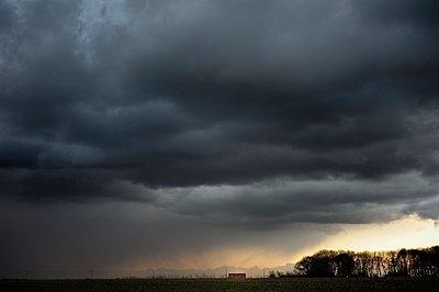 Dark clouds - p1137m939529 by Yann Grancher