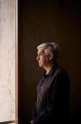 Mann am Fenster - p1312m2045596 von Axel Killian