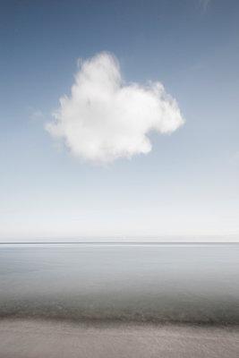 Weißes Wökchen über dem Meer - p248m1025414 von BY