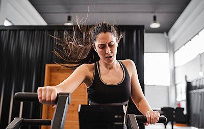 friends training in the gym, basque country, spain - p300m2286839 von SERGIO NIEVAS