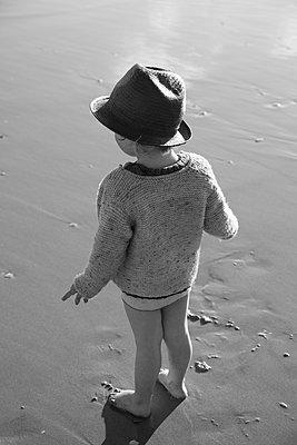 Little boy on beach - p628m966202 by Franco Cozzo