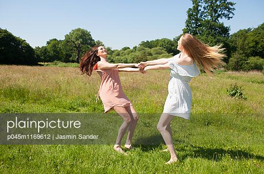 Verspielte Freundinnen - p045m1169612 von Jasmin Sander