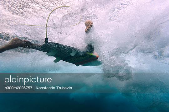 Maledives, Indian Ocean, surfer on surfboard, underwater shot - p300m2023757 von Konstantin Trubavin
