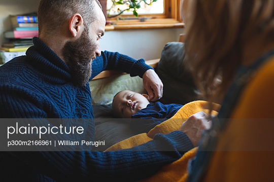 Affectionate family with little son sleeping on the sofa - p300m2166961 von William Perugini