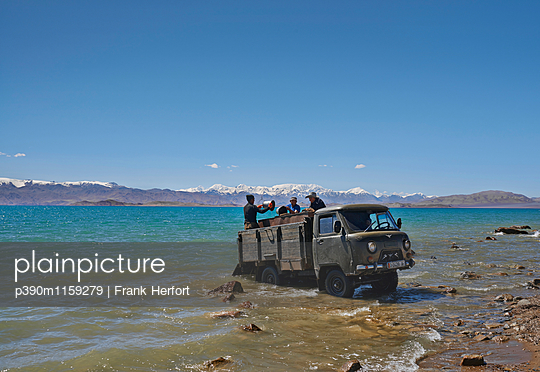 Transporter steckt fest am Ufer des Karakul Sees  - p390m1159279 von Frank Herfort