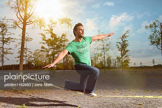 Slackline - p608m1162683 von Jens Nieth