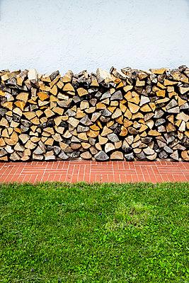 Brennholz am Haus - p248m1051759 von BY