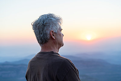 Spain, Catalonia, Man looking at sunset in the mountains - p300m2012327 von VITTA GALLERY