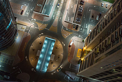 Overhead view, night scene, carpark below office buildings, Dubai, UAE - p429m2152963 by Roberto Peri