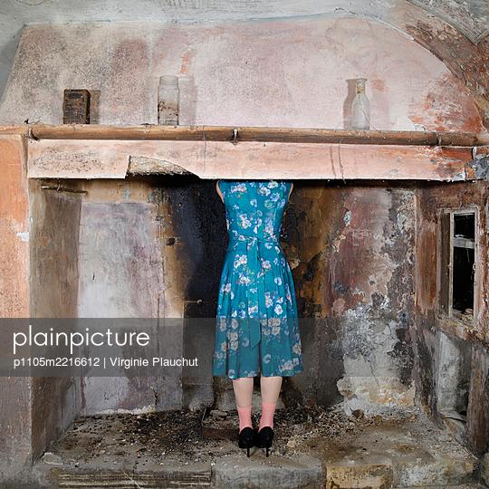 Rückansicht, Frau in geblümten Kleid - p1105m2216612 von Virginie Plauchut