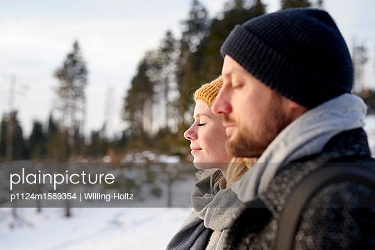 Junges Paar macht einen Winterspaziergang - p1124m1589354 von Willing-Holtz
