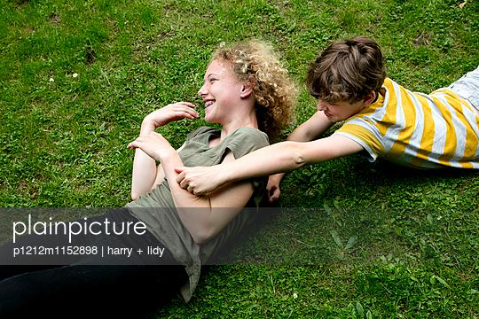 Junge und Mädchen raufen sich - p1212m1152898 von harry + lidy
