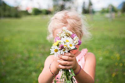 Kleines Mädchen mit Blumenstrauß - p1142m2107592 von Runar Lind