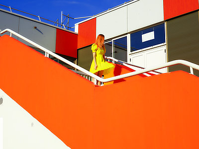Red-haired woman in yellow dress - p1413m2278765 by Pupa Neumann