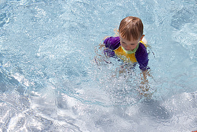 Little boy in a swimming pool - p1640m2254813 by Holly & John