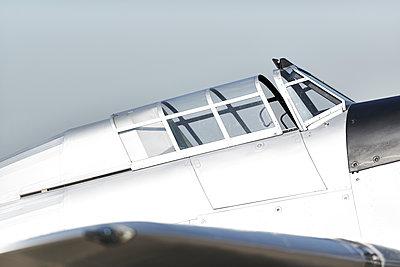 Altes Flugzeug - p587m1222986 von Spitta + Hellwig