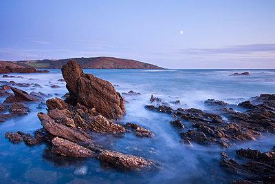 Moon rising above the rocky shores of Wembury Bay at twilight, Devon, England, United Kingdom, Europe - p8712995 by Adam Burton