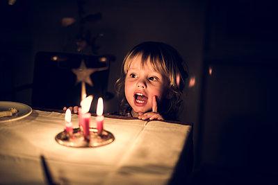 Kind Weihnachtslieder singend - p941m1225768 von lina gruen