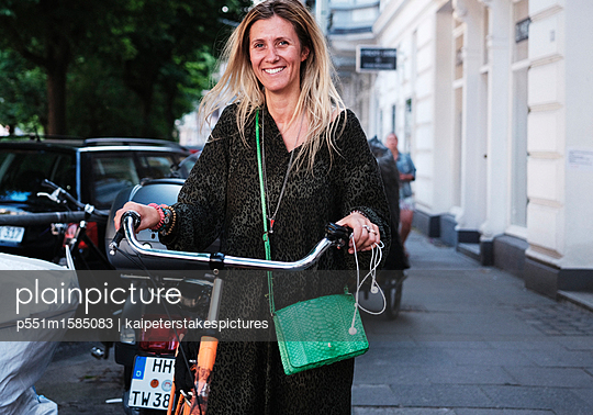 Frau mit Fahrrad - p551m1585083 von Kai Peters