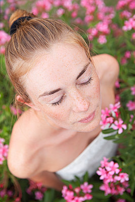 Im Blumenfeld innehalten - p045m1590927 von Jasmin Sander