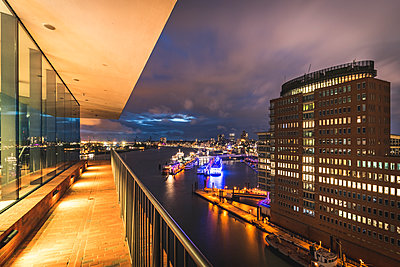 Germany, Hamburg, View from Plaza observation deck of Elbe Philharmonic Hall to Port of Hamburg in the evening - p300m2060495 von Kerstin Bittner