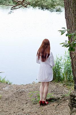 Frau am See - p3050263 von Dirk Morla