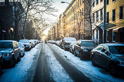 Tire tracks in snow on city street, New York, New York, United States - p555m1412111 by Alberto Guglielmi