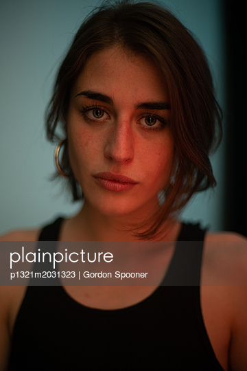 Porträt junge Frau im Top - p1321m2031323 von Gordon Spooner
