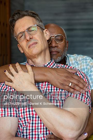 Gay couple embracing, portrait - p817m2291148 by Daniel K Schweitzer