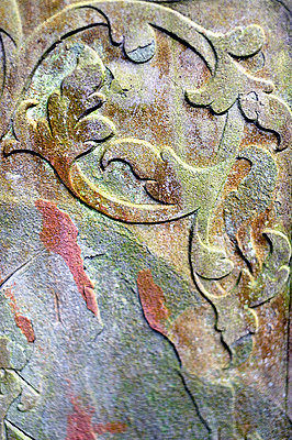 Close-up detail of old headstone - p1047m789473 by Sally Mundy