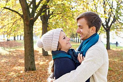 Paar im Herbst - p1272m1093024 von Steffen Scheyhing